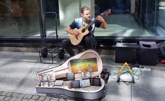 Muzyk uliczny Mariusz Goli