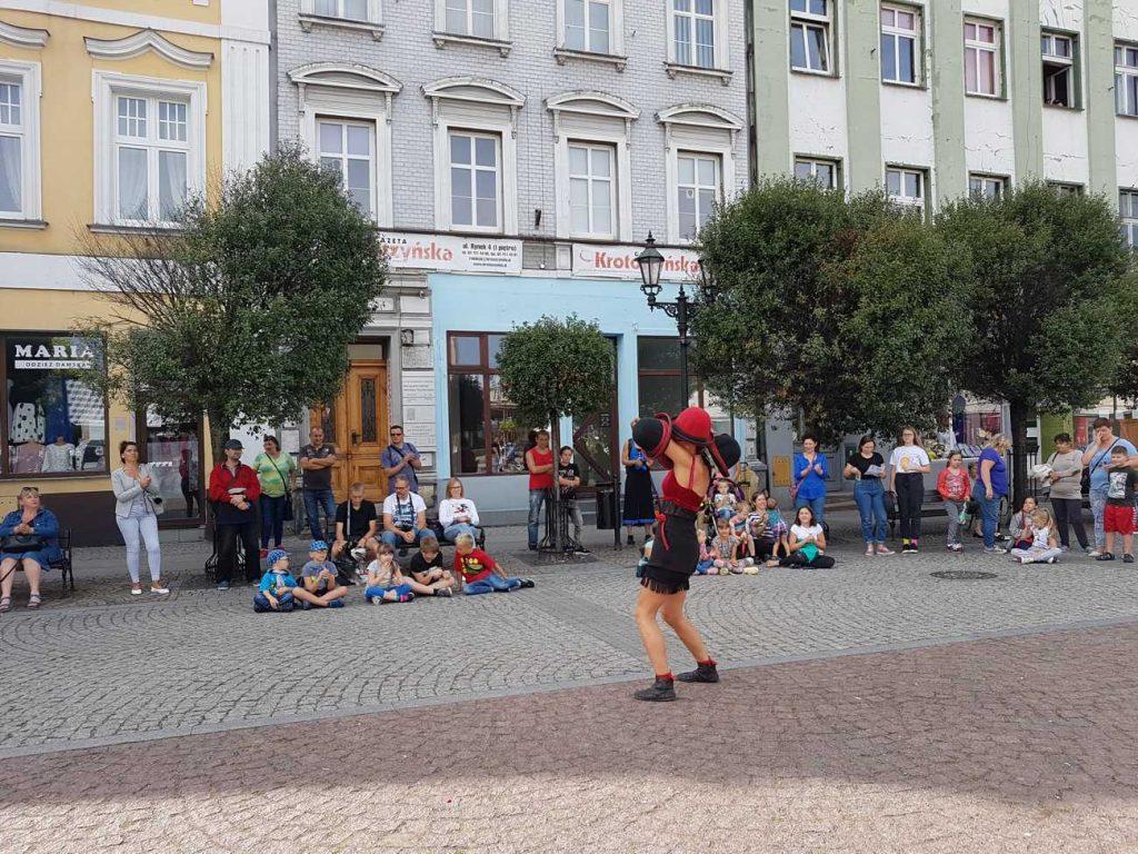 Gaia Ma manipulacja kapeluszami na Festiwalu BuskerBus w Krotoszynie
