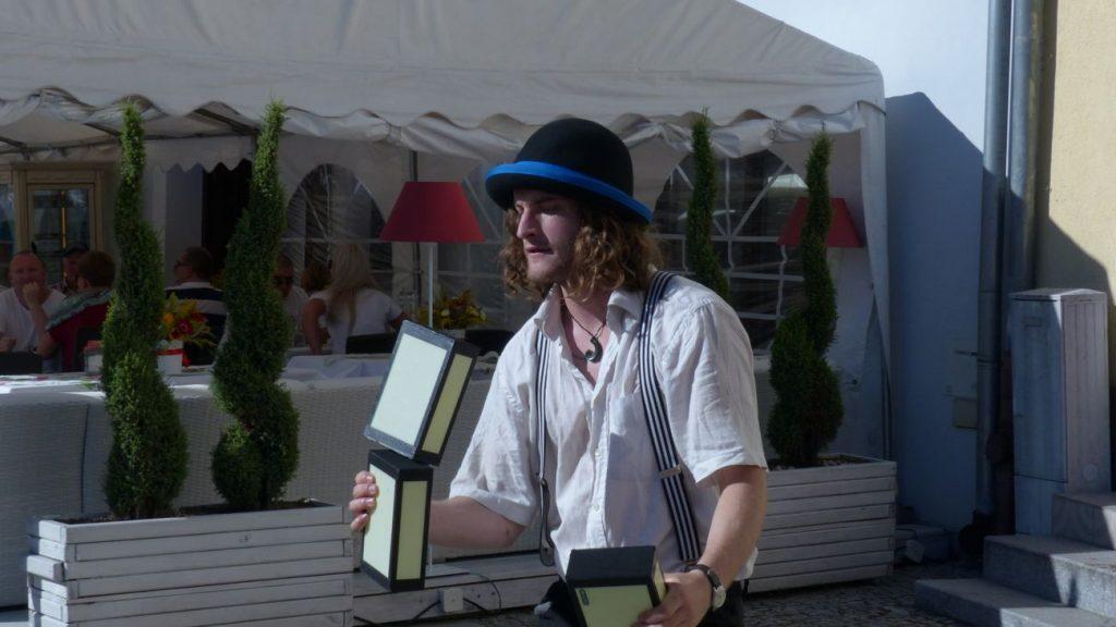 Matthias Goed performing his cigarbox  act