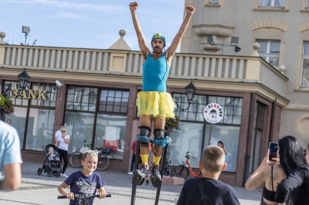 Andrea Mineo podczas pokazu ulicznego na Festiwalu BuskerBus