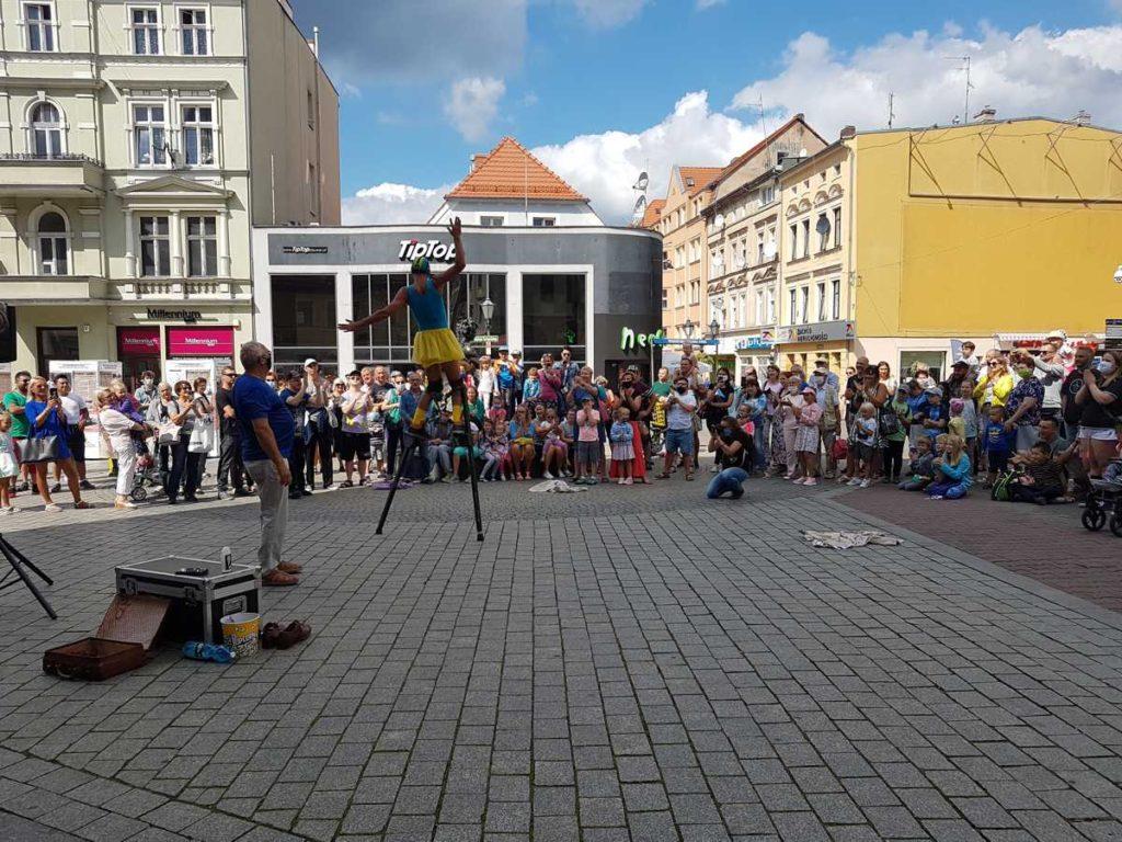 Andrea Mineo podczas pokazu ulicznego na Festiwalu BuskerBus w Zielonej Górze