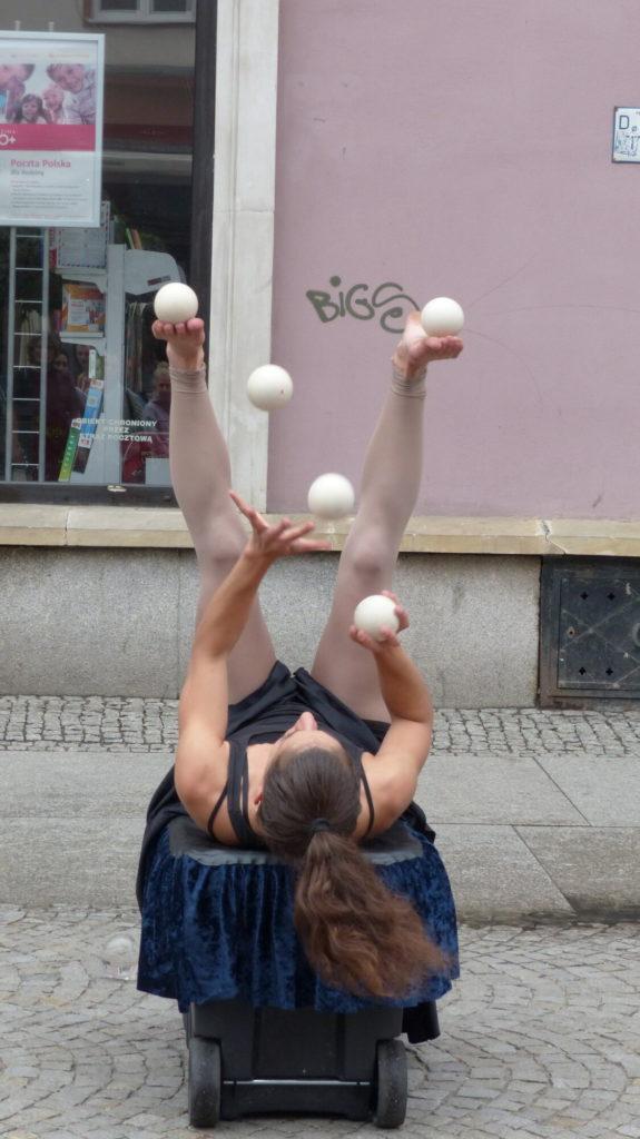 ariane juggling balls