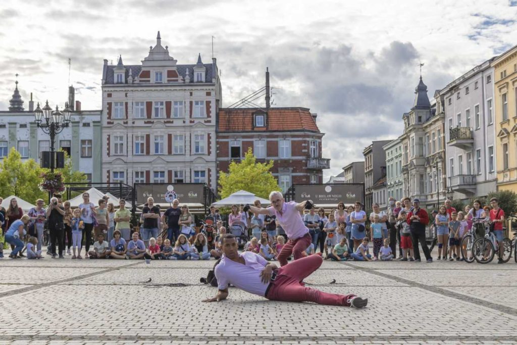 Umami Dancetheatre performing in Krotoszyn at BuskerBus 2020